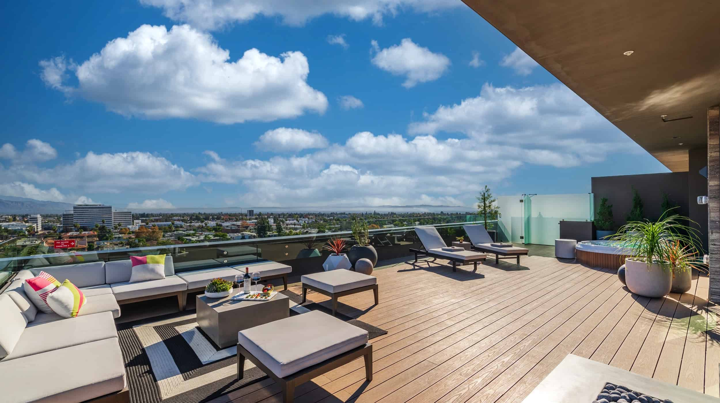 388_Penthouse_Deck_Lounge_View