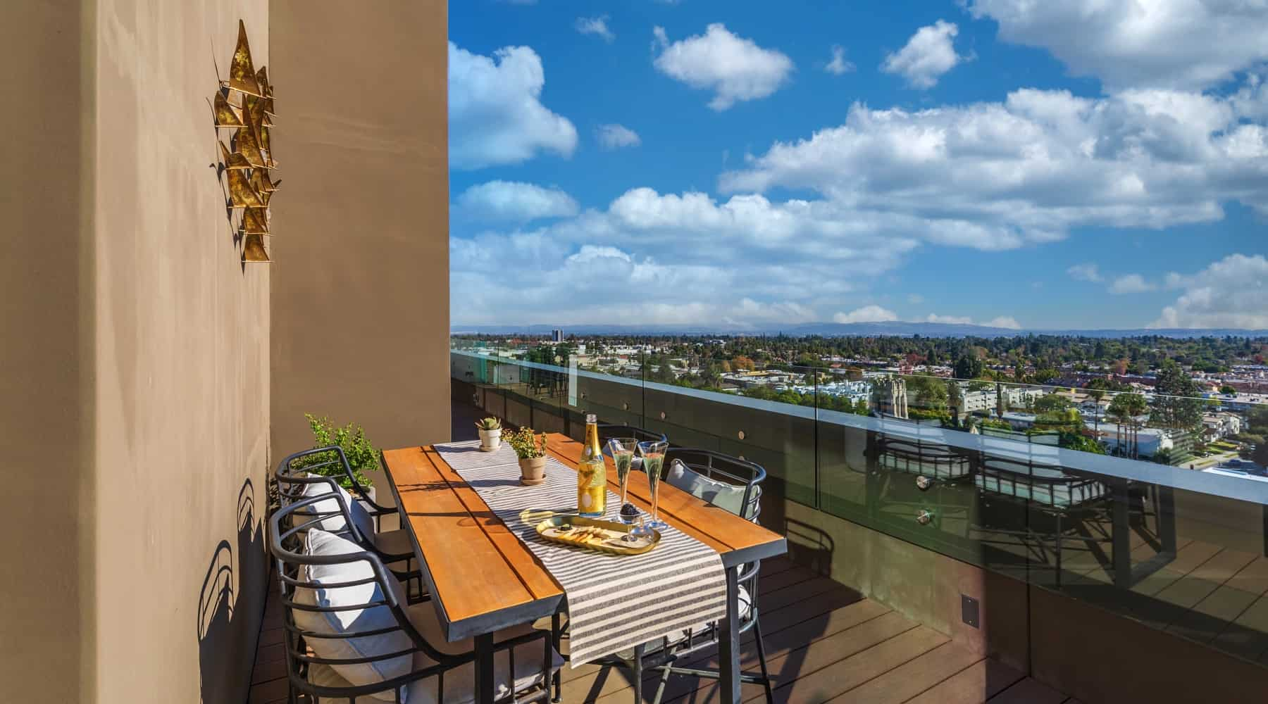 Penthouse_6_Deck_Table_View_Sky